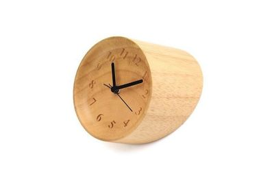 China Handmade Decorative Rubber Wood Grain Desk Clock Mini Unique Shape distributor